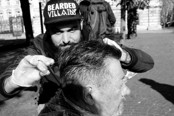 """Julian Laporte coiffe les sans-abri pour leur """"redonner confiance en eux"""""""