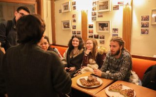 Discussion entre Nina Pugliese et les clients du café à l'occasion du vernissage de son exposition photo ©Marthe Dolphin